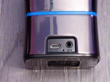A l'arrière : port micro-USB et mini-jack 3.5mm