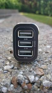 Un chargeur pour voiture avec 3 ports USB