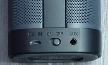 Au dos de l'enceinte : un interrupteur, un port micro-USB et une prise mini-jack 3.5