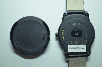 Les connecteurs de charge et le socle de la LG G Watch R