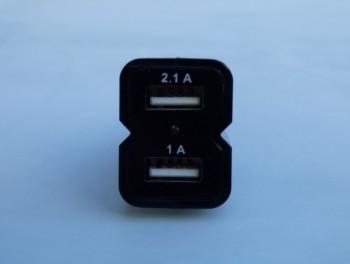 L'adaptateur 12 V possède deux ports USB, ce qui permet d'utiliser le kit et de recharger son portable