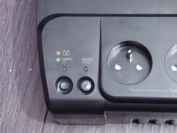 L'onduleur possède un interrupteur général et un interrupteur pour les prises contrôlées par la prise maitresse