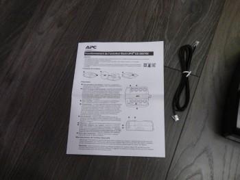 Un câble permettant de protéger la box internet des surtensions de la ligne est fourni