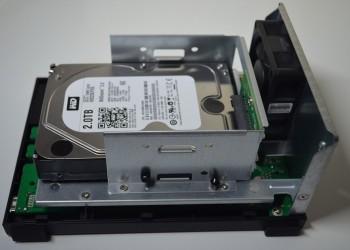 Pas besoin d'outil pour fixer un disque dur dans le NAS Asustor AS1002T