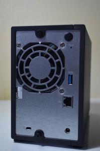 La connectique arrière de l'AS1002T : un port Ethernet Gigabit et un port USB 3.0