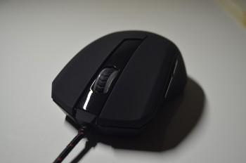 La souris possède un câble en tissu