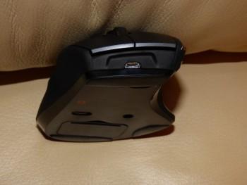 Le port micro-USB se situe sur l'avant de la souris