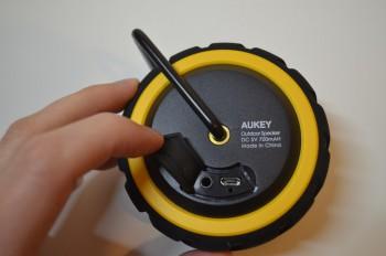 Au dos de l'enceinte : prise micro-USB et entrée mini-jack 3.5 mm