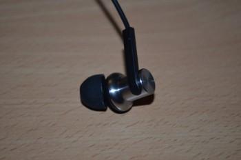 Les écouteurs sont coudés ce qui leuur assure une meilleure tenue et  un meilleur son