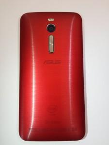 La coque arrière du Zenfone 2est en plastique assez costaud, imitation alu brossé