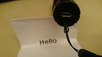 La perche dispose d'un port micro-USB pour la recharger