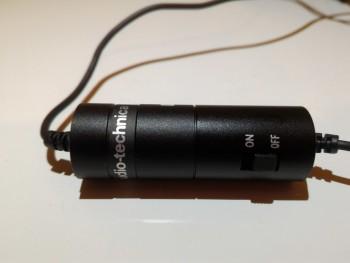 L'unité de contrôle du micro cravate comporte un bouton On/Off