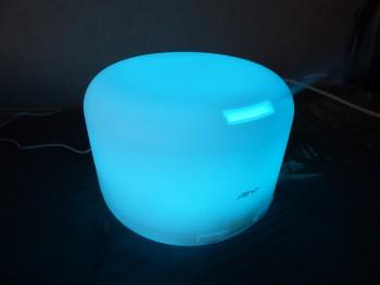 Les LED du diffuseur passent par toutes les couleurs : ici bleue.
