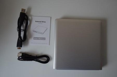 Le contenu de la boîte : le lecteur, deux câbles et un manuel