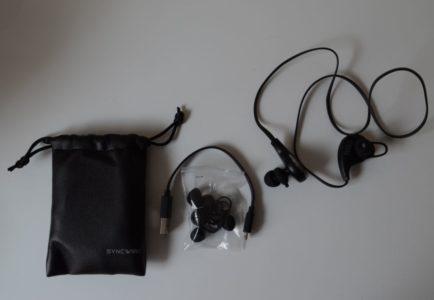 Le contenu de la boîte : les écouteurs, plusieurs paires d'embouts, un câble USB et une housse de transport