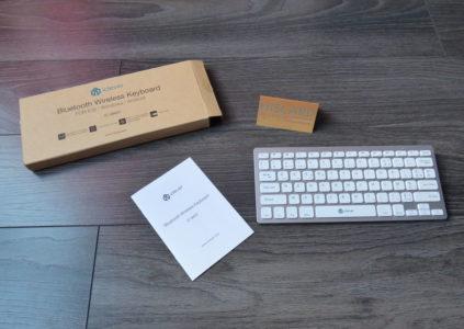 Contenu de la boîte : le clavier, une carte de garantie et le manuel en français