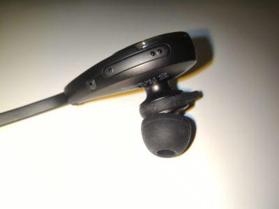 L'écouteur droit dispose de deux boutons volume +/- et d'un microphone