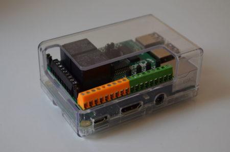La carte PiFace Digital 2, installée sur le Raspberry Pi 2 dans un boitier adapté
