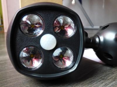 Le projecteur est équipé de 4 LED et d'un détecteur de mouvement et de luminosité