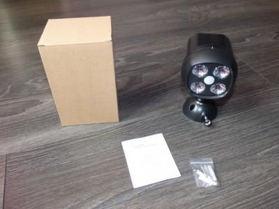 Contenu de la boite : le projecteur, un manuel en anglais, 3 vis et 3 chevilles.