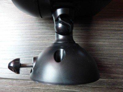 Le pied du projecteur est réglable pour l'incliner si besoin