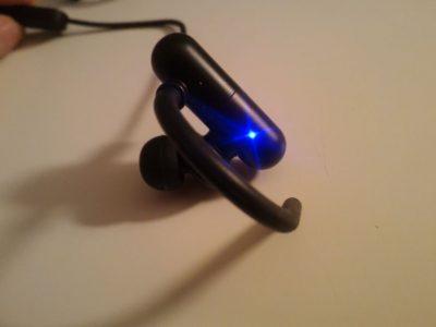 Une petite LED est présente sur l'écouteur droit