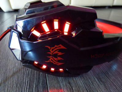Le casque possède un éclairage LED, bleu ou rouge, selon le modèle