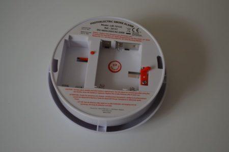 Le détecteur est alimenté par 1 pile 9 V et 3 piles 1,5 V de type LR06 (AA)
