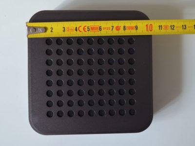 La MetalBox est une enceinte carrée d'un peu plus de 10 cm