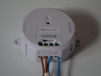 Raccordez la source d'électricité sur l'extrémité du bornier et la sortie au centre