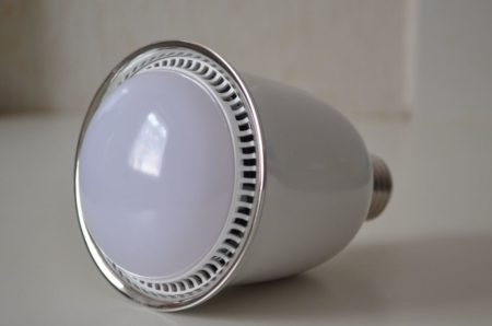 Ampoule LED multicolore et enceinte Bluetooth