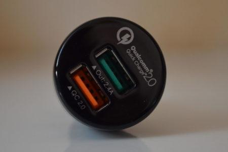 Le chargeur possède deux ports USB différents
