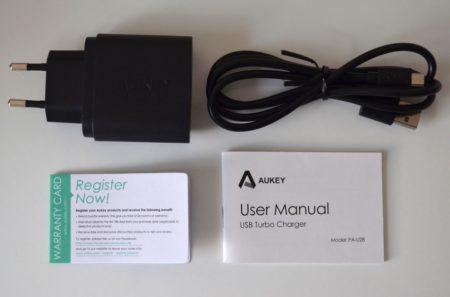 Dans la boite : la chargeur, le câble, un manuel et une carte de garantie