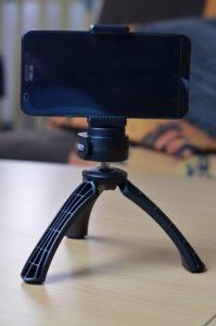 La pince permet de l'utiliser avec un smartphone ou une action-cam