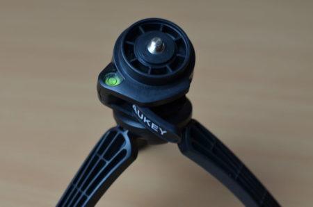 Le trépied possède une vis standard pour appareil photo et un niveau à bulle