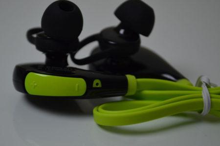 L'écouteur de droite possède un bouton volume et un micro
