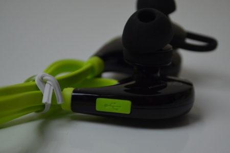 L'écouteur gauche possède un port micro-USB pour recharger la batterie