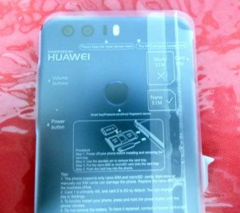 Le plastique sur l'écran indique comment mettre une carte SIM et une micro-SD