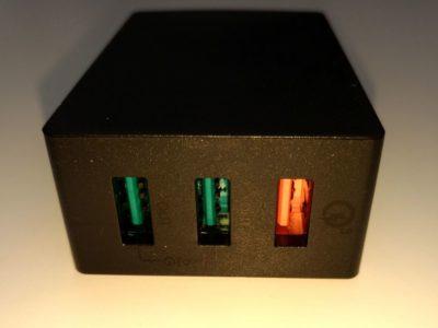 Le chargeur contient 3 ports : 1 port QuickCharge 3.0 et 2 ports AiPower (2,4 A)