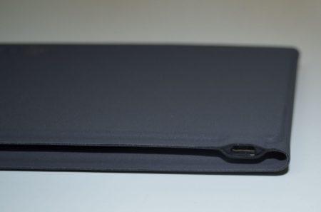 Sur le dessus : un port micro-USB pour recharger le clavier