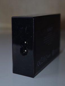 La prise d'alimentation se trouve à l'opposée des ports USB
