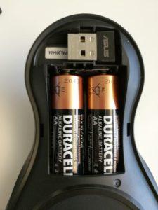 Le compartiment à piles possède un emplacement pour ranger le récepteur USB