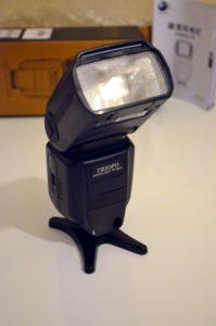 Le flash est orientable en hauteur et sur les côtés