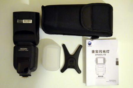 Dans la boite : le flash, un diffuseur, un adaptateur, une housse et un manuel