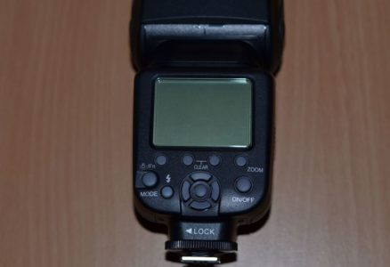 Le flash possède un écran LCD rétro-éclairé