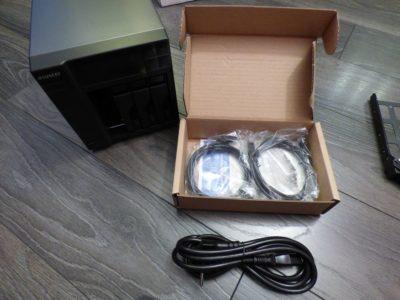 Dans la boîte : le NAS deux câbles RJ45 des vis et un manuel.