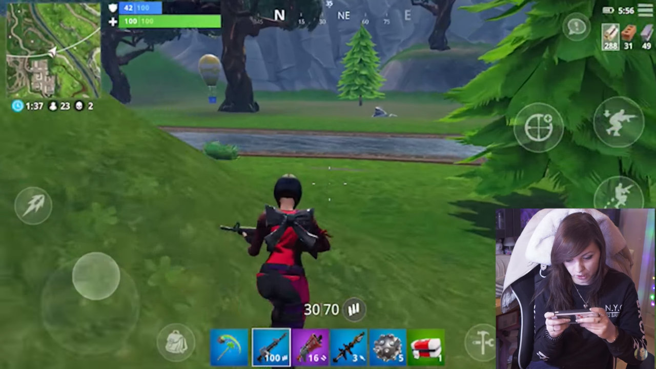 Chelxie teste Fortnite sur iOS
