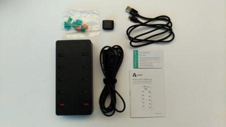 Dans la boite : le chargeur, le câble d'alimentation, un câble USB, un manuel et des caches