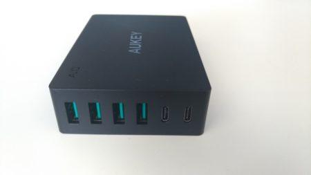 Le chargeur de bureau dispose de 2 USB type-C et 4 USB type-A