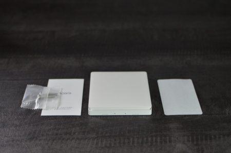 Dans la boite : l'interrupteur, un manuel en chinois, des vis et un adhésif double face